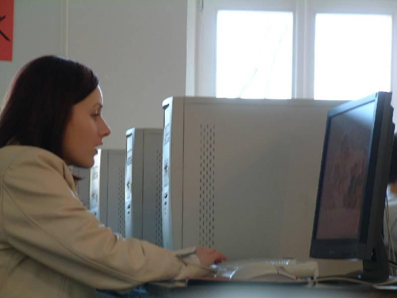 Egy olvasó az asztali számítógépen gyakorol
