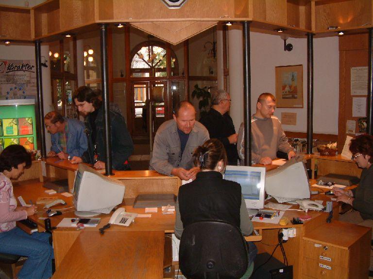 A könyvtár kölcsönző munkatársai várják az érdeklődőket
