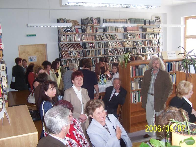 A jászberényi könyvtár vendégei a kölcsönzői térben