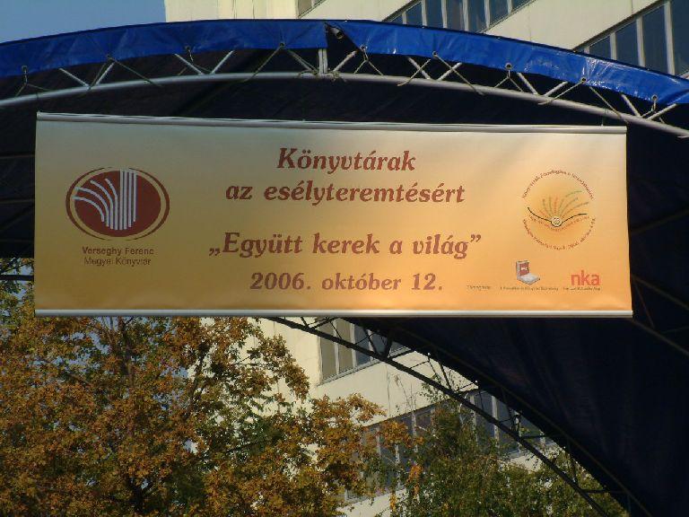 Fénykép a rendezvény színpadáról a molinóval