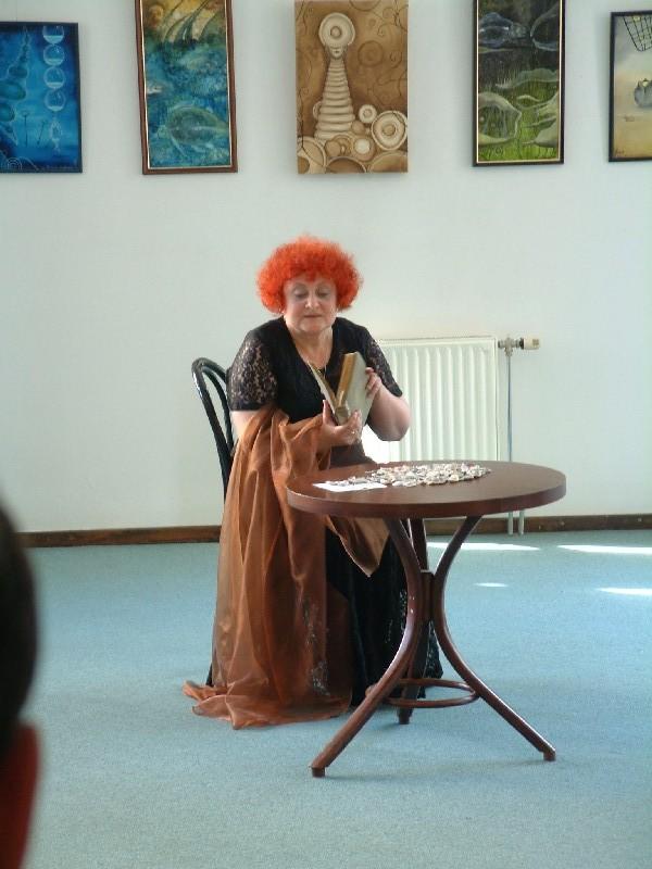 Trojan Tünde színművész a kiállítás megnyitón