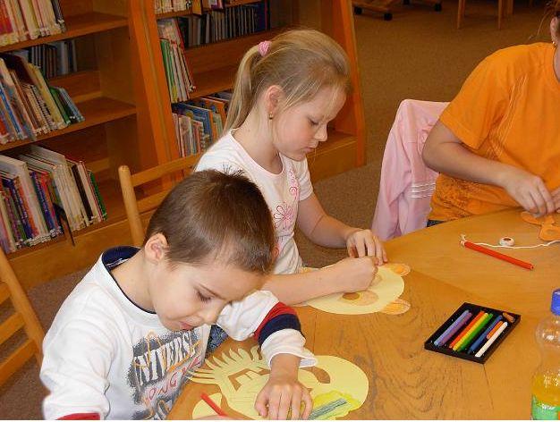 Kézműveskedő gyerekek