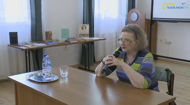 Jókai Anna ül az asztalnál