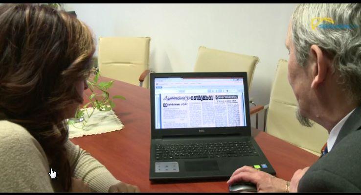 Takáts Béla laptopján mutatja be az adatbázist